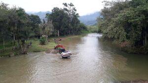 Defesa Civil promove limpeza da ponte sobre o rio Braço São José em Schroeder