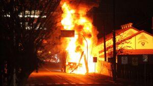 [Vídeo] Caminhão pega fogo em Jaraguá