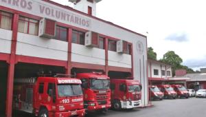 Bombeiros combatem incêndio em veículo no pátio de oficina em Jaraguá do Sul