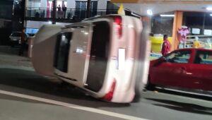 [VÍDEO] Carro tomba após atingir veículos estacionados em Jaraguá do Sul