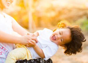 As crianças se divertem mais quando os pais brincam juntos