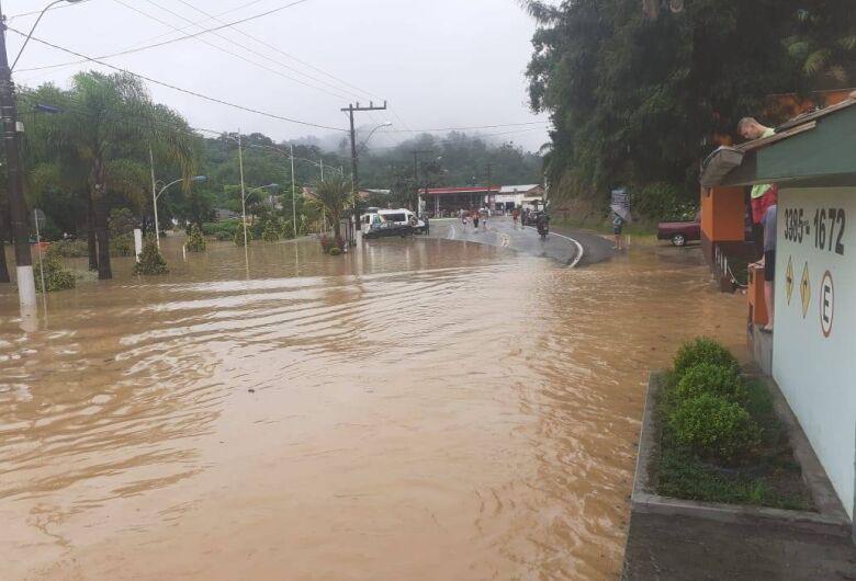 Chuva causa alagamentos em Bendito Novo
