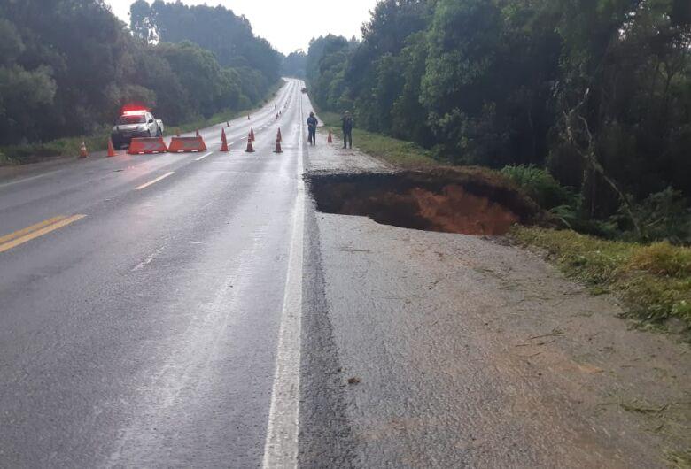 [Vídeo] Cratera interdita trecho da BR 280 em Mafra