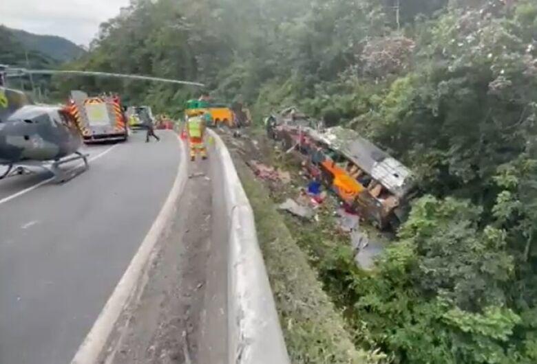 Acidente com ônibus de turismo deixa 19 mortos em Guaratuba (PR)