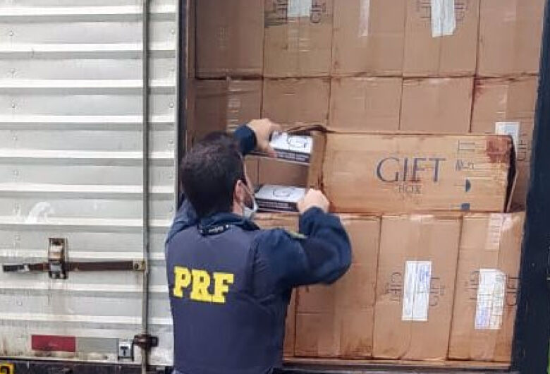 PRF apreende R$ 750 mil em cigarros contrabandeados em Jaraguá