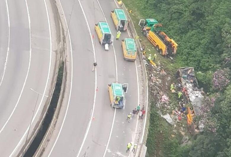 Acidente com ônibus de turismo deixa 12 mortos na BR 376 em Guaratuba (PR)