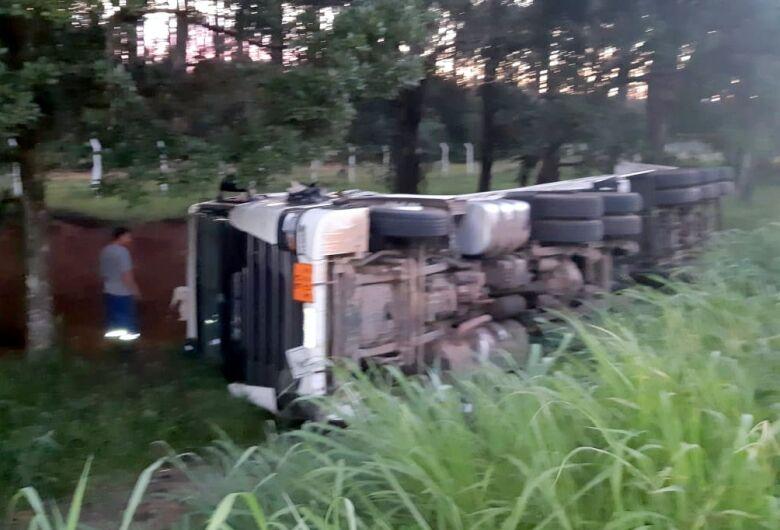 PRF impede roubo a carreta acidentada na BR 101 em Araquari