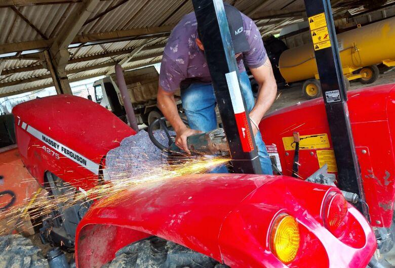 Maquinários que auxiliam agricultores recebem cabines para operadores