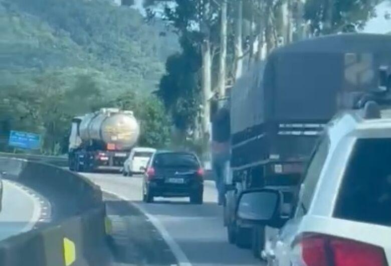 Após acidente, homem fica pendurado em cabine de carreta por 33 km na BR 101
