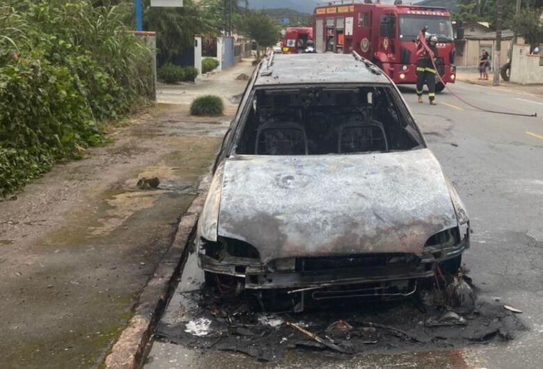 [VÍDEO] Incêndio destrói veículo em Schroeder