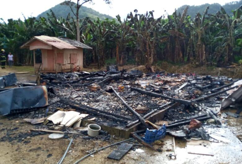 Casa é destruída por incêndio em Schroeder