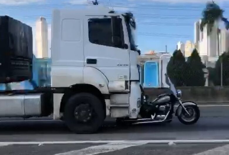Justiça mantém prisão preventiva de caminhoneiro que arrastou moto na BR 101