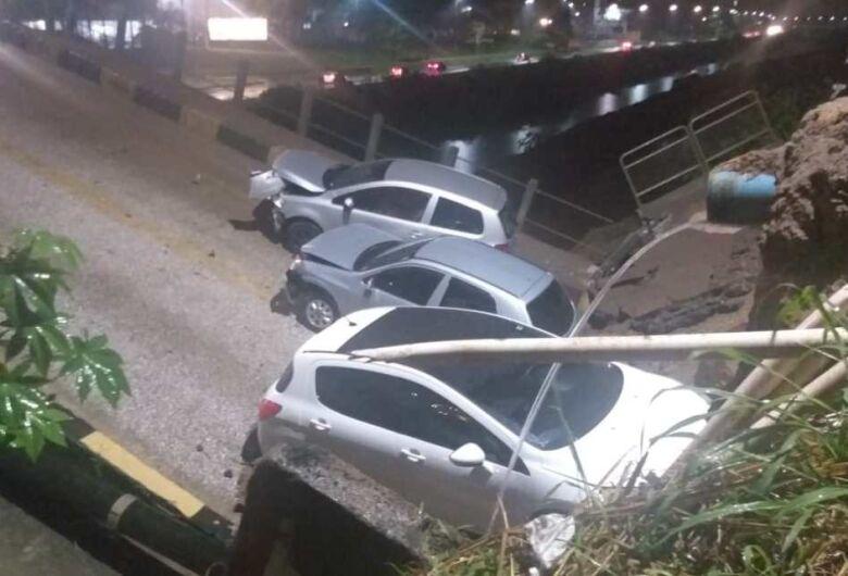 Parte de ponte cai e carros ficam presos em Brusque