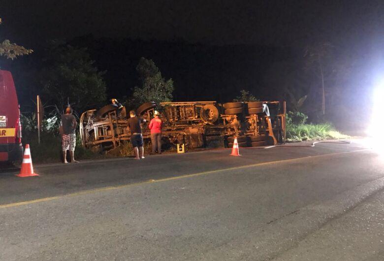 Caminhão tomba na SC-108, em Guaramirim