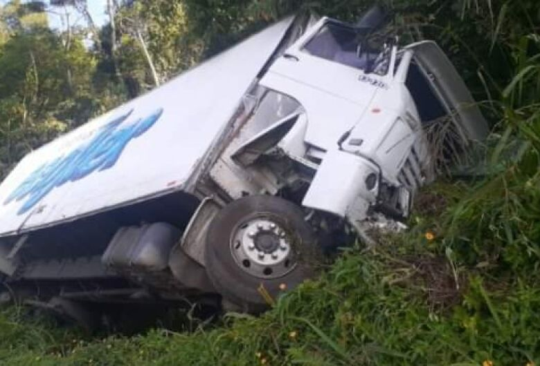 Caminhoneiro fica ferido em acidente na BR-280, em Corupá