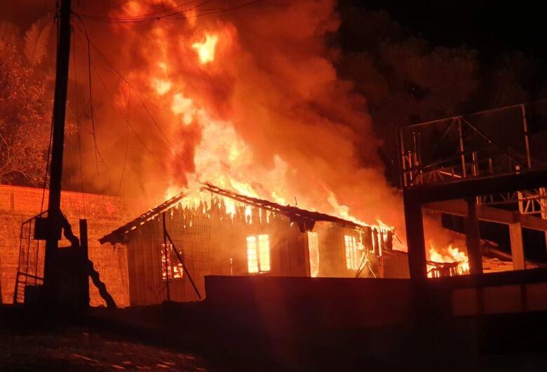 Incêndio destrói completamente residência no Jaraguá Esquerdo