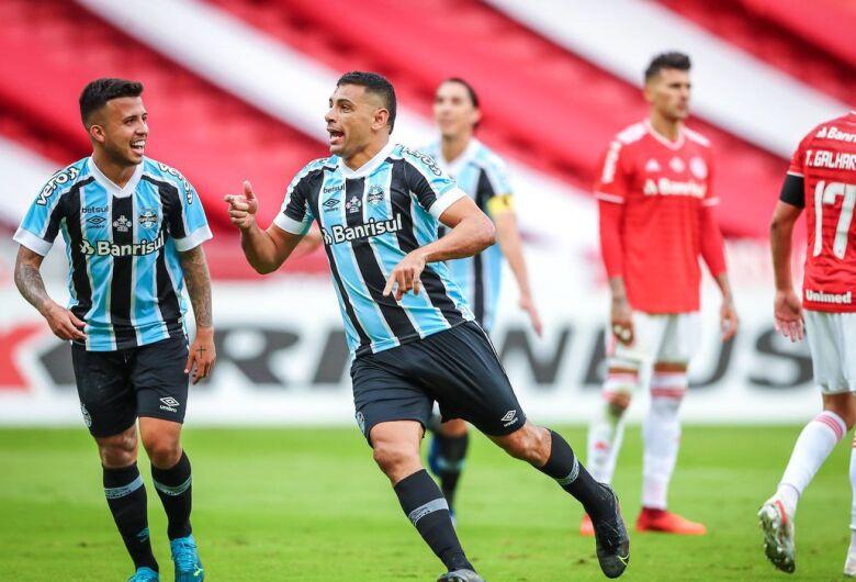 Grêmio vira sobre Internacional e fica a um empate do tetra gaúcho