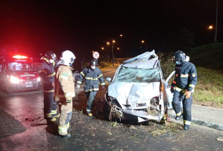 Carro sai da pista, bate em árvore e capota em viaduto da BR-280, em Jaraguá
