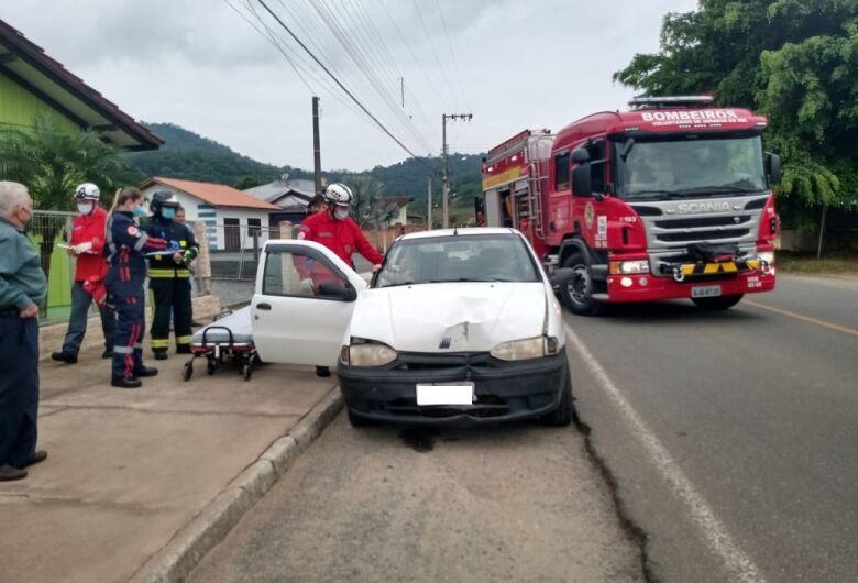Motorista erra manobra e colide carro contra muro em Jaraguá