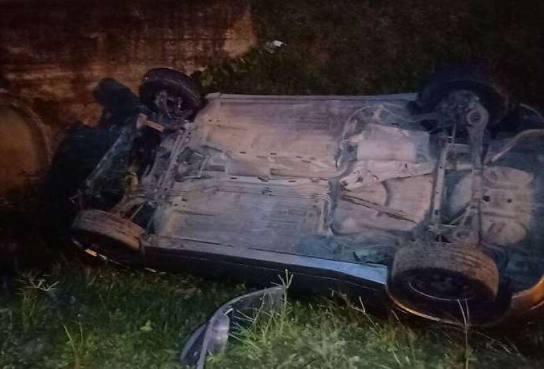 Motorista é preso por embriaguez após capotar carro em Jaraguá