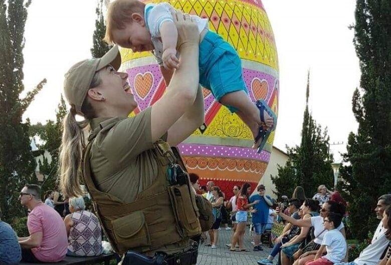 """""""Ensine seu filho que a polícia não prende criança"""": Sheila ingressou na PM em 2013"""