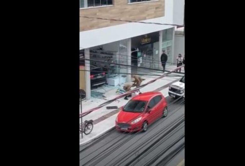 Homem tenta atropelar ex e invade salão de beleza com carro em Balneário Camboriú