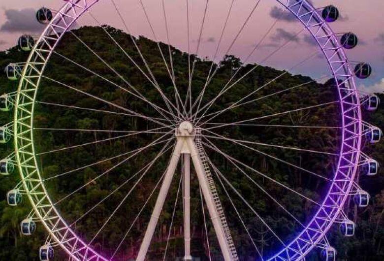 Casal de turistas fica esquecido na roda gigante em  Balneário Camboriú