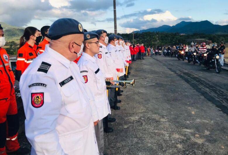 Mais de 500 pessoas acompanham o sepultamento do comandante dos bombeiros de Schroeder