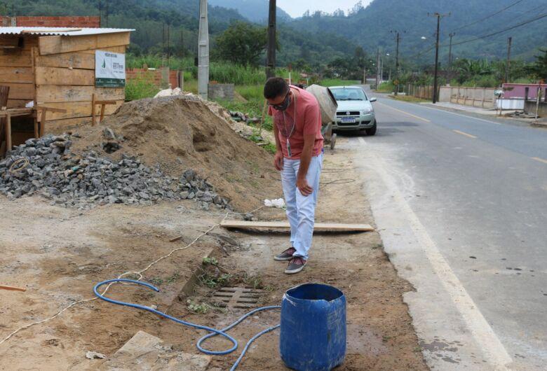 Fiscalização quer coibir descarte de materiais na rede de água da chuva em Jaraguá