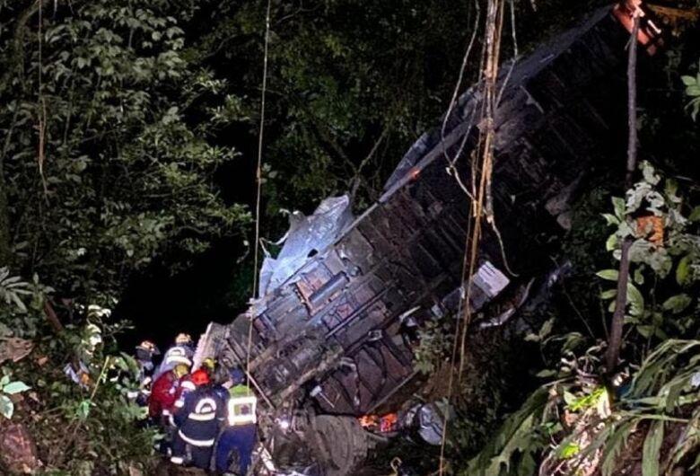 Caminhão cai em ribanceira na Serra Dona Francisca