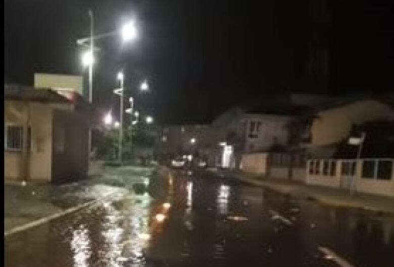 [VÍDEO] Mar invade avenida em Barra Velha
