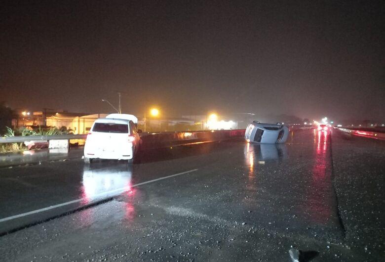 Carro bate em mureta ao tentar evitar colisão em veículo que capotou na BR-280, em Guaramirim
