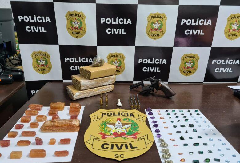Homem é preso com pedras preciosas, maconha e cocaína em Barra Velha