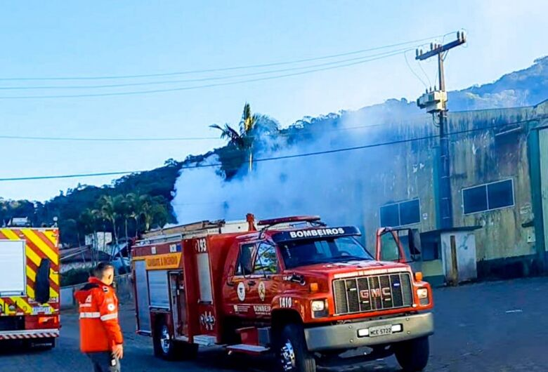 Bombeiros apagam incêndio em galpão em Guaramirim
