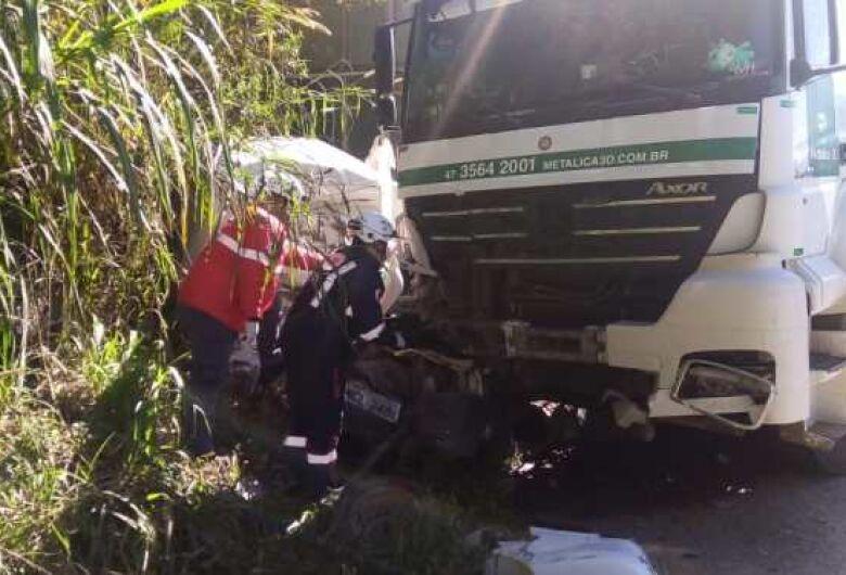 Motorista fica preso nas ferragens após acidente em Guaramirim