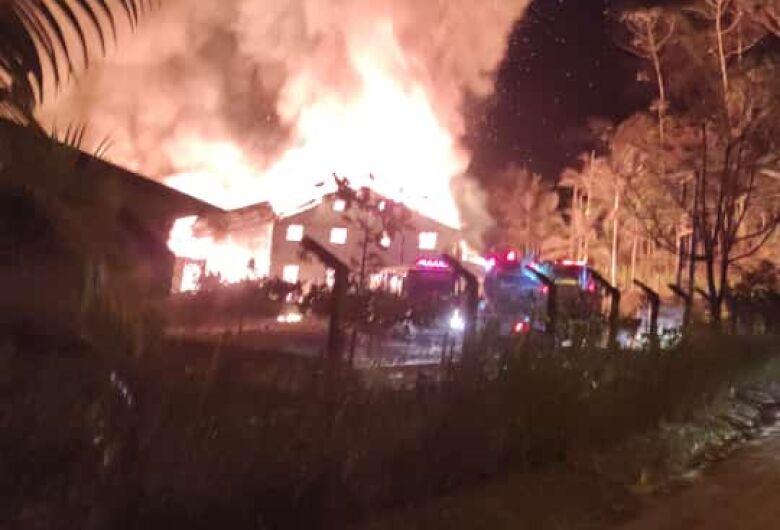 Incêndio de grandes proporções destrói malharia em Jaraguá