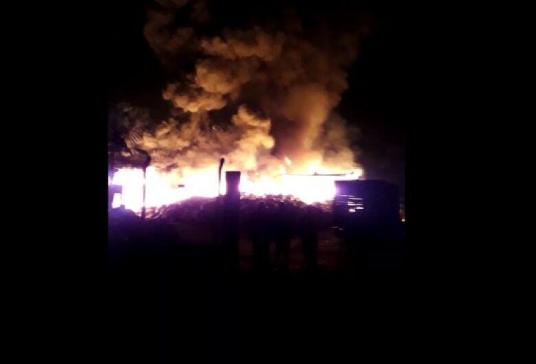 [vídeo] Incêndio de grandes proporções é registrado  no bairro Rio Cerro I, em Jaraguá