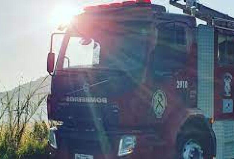 Trator incendeia em Massaranduba e bombeiros voluntários são chamados