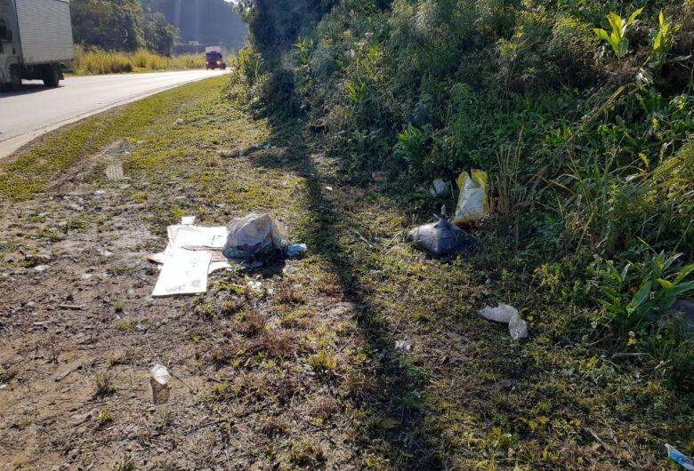 Mutirão recolhe quase uma tonelada de lixo nas margens da BR 280 em Corupá