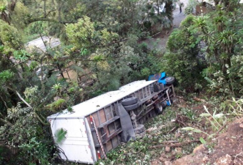 Motorista foge após caminhão furtado tombar na Serra Dona Francisca em Joinville