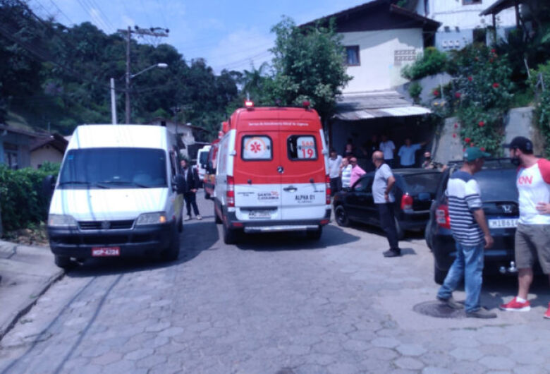 Morre criança que ficou prensada entre dois micro-ônibus em Blumenau