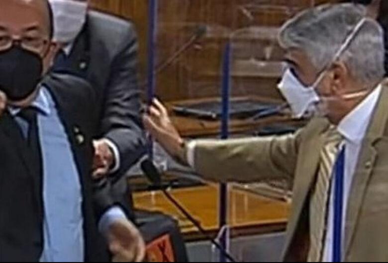 [Vídeo] Renan Calheiros e Jorginho Mello batem boca e trocam xingamentos na CPI