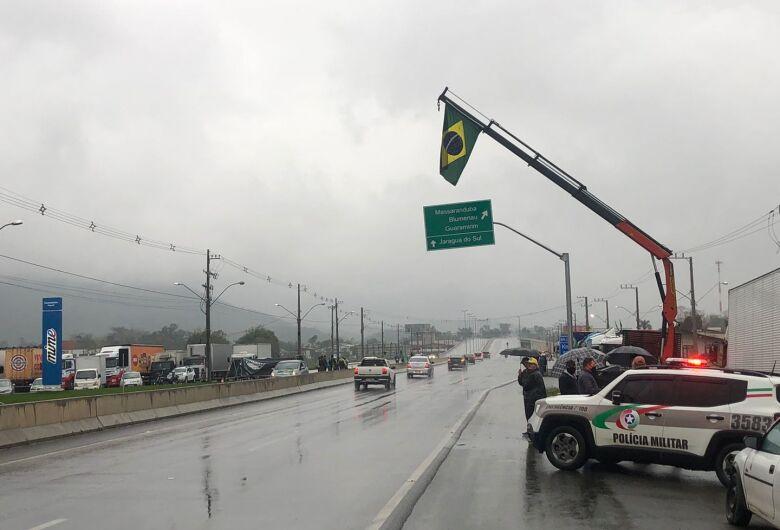 Segue bloqueio na BR 280, em Guaramirim