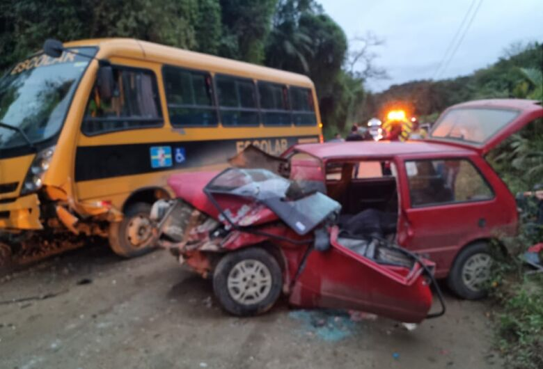 A bus and a car collided with seven children in Masaranduba