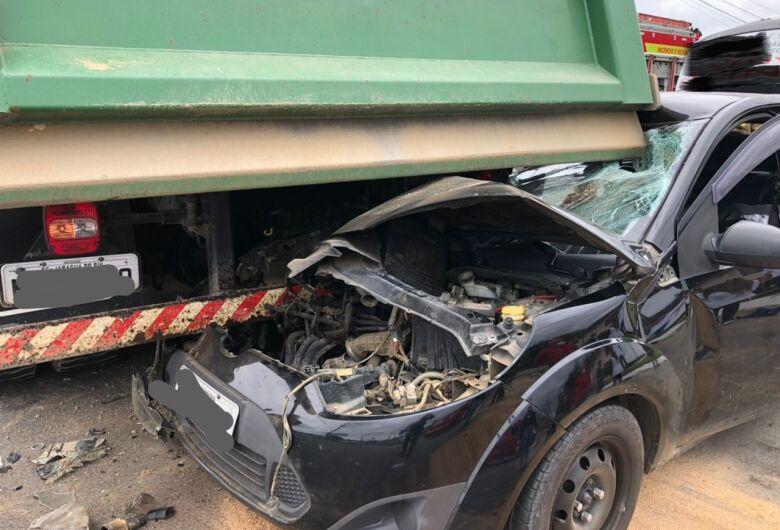 (Vídeo) Após batida, carro fica preso embaixo de caminhão em Jaraguá do Sul