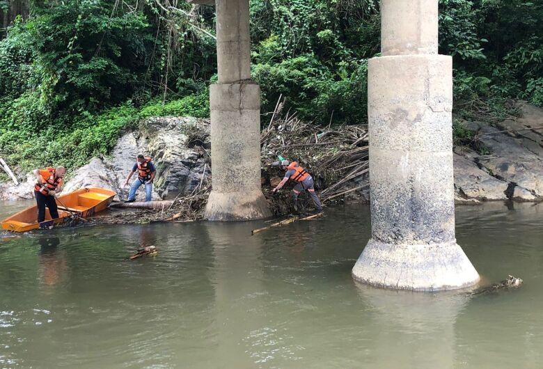 Defesa Civil faz limpeza em pilares de pontes em Jaraguá do Sul