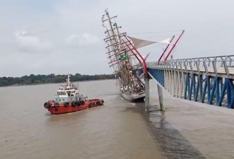 [VÍDEO] Navio-veleiro Cisne-Branco da Marinha se choca contra ponte no Equador