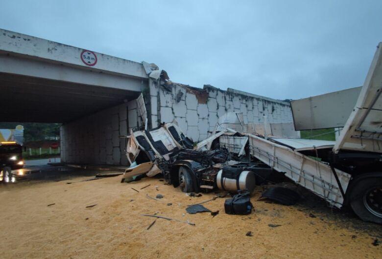(Vídeo) Carreta bloqueia trânsito após cair de viaduto da BR-101 em Penha