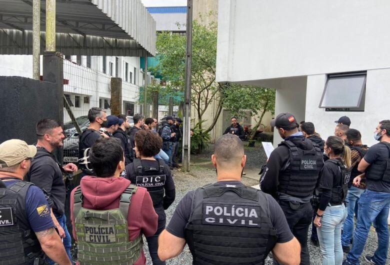Polícia desencadeia operação em condomínio dominado por facção criminosa em Joinville