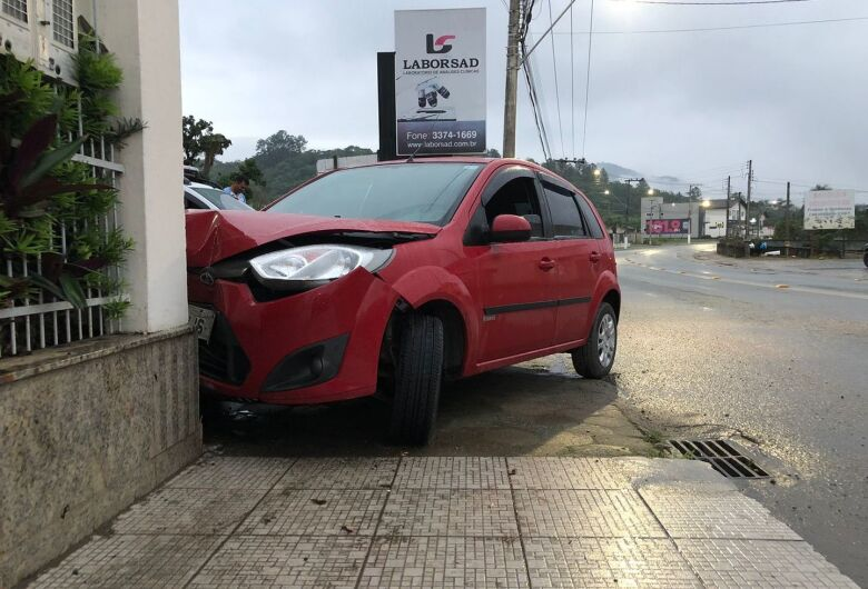 (Fotos) Motorista bate de raspão em poste e acerta muro de residência em Schroeder